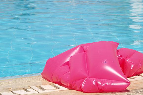 Drenagem linfáticas e cremes hidratantes podem amenizar o inchaço das pernas (Foto: Shutterstock)