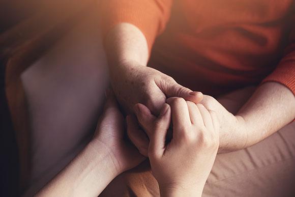 Carinho e companheirismo não podem faltar no tratamento de uma criança com câncer (Foto: Shutterstock)