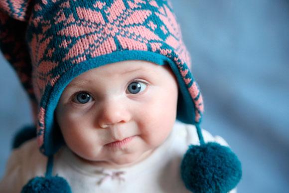 Se o bebê estiver com muita roupa em ambientes fechados pode ficar com febre (Foto: Shutterstock)