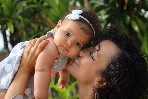 A vida de Pamela com a filha Elis, de 7 meses, ficou bem mais tranquila depois da criação do grupo (Foto: Família RZ)