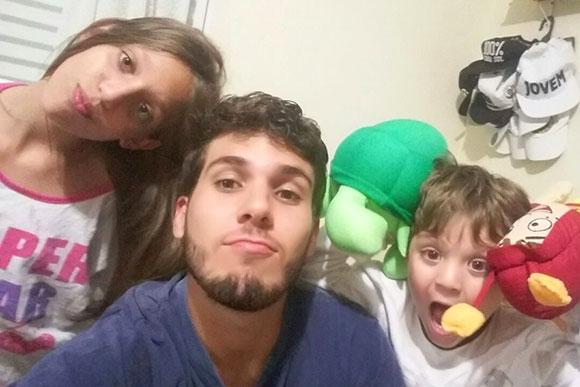 Vinicios Oliveira se diverte com os sobrinhos Larissa e Luiz Fernando (Foto: Arquivo Pessoal)