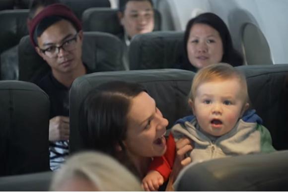 Companhia área deu desconto para passageiros quando bebê chorava em voo (Foto: Reprodução Youtube)