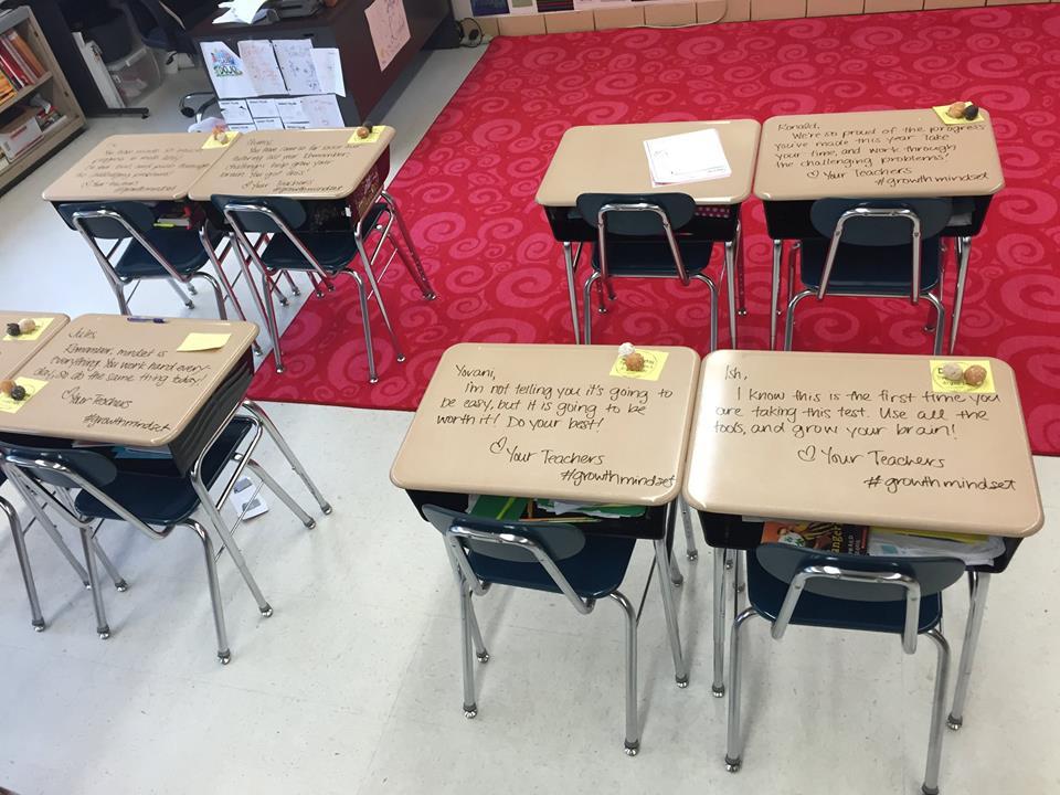 professor escreve recado para alunos