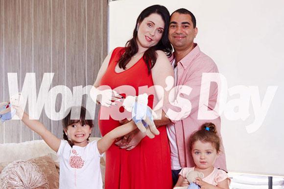 Kim com a família quando ainda estava grávida (Foto: Reprodução Facebook Surprised by Five)