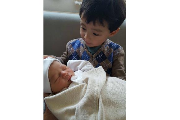 Bruno, filho de Fernanda Matsuda, aprendeu que tem que usar álcool gel antes de pegar o irmão Eric (Foto: Arquivo Pessoal)