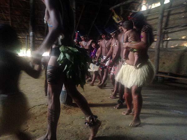 Homens, mulheres e crianças e até bebês no colo, todos participam das danças!