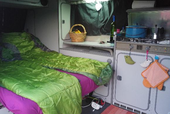 Esse é o interior do trailer em que a família viaja (Foto: Arquivo Pessoal)