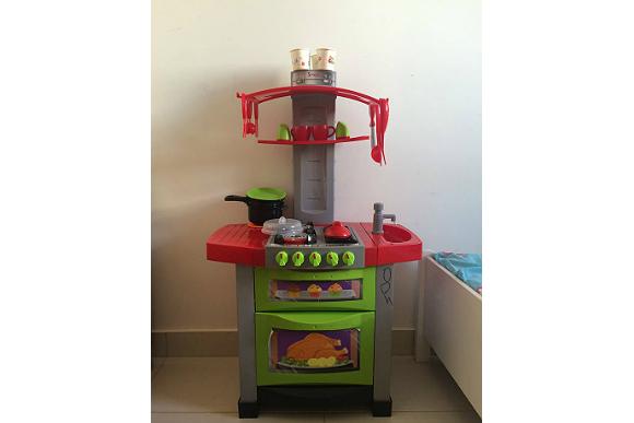 Esse é o fogão que Don usa para brincar de cozinhar igual ao pai (Foto: Reprodução/ Facebook Iara Cordeiro)