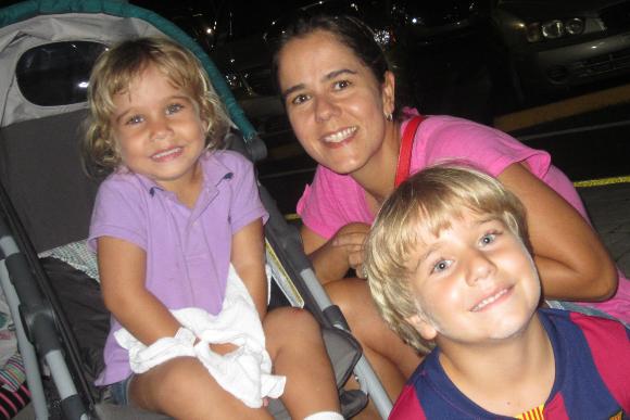 Gabriela e João Pedro, filhos de Monica S. Doria Velloso, já sabem que precisam passar álcool gel depois da brincadeira (Foto: Arquivo Pessoal)