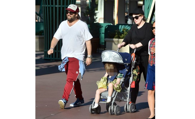 Adele levou o filho Angelo, de 3 anos, a um dos parques da Disney vestido com a fantasia da princesa Ana, do filme Frozen. Ele adora se fantasiar. Anteriormente, foi visto de Homem-Aranha pelas ruas de Nova York.