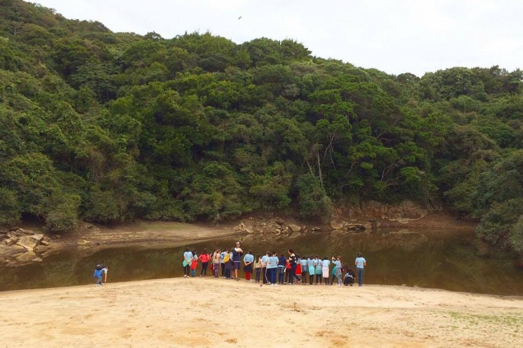 Estes são alguns dos alunos da escola Maria Tomazia Coelho, em uma caminhada ecológica pelo Resort, para conhecer a fauna e a flora do local (Foto: Carolina Piscina)