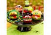 Maçãs cortadas ao meio e confetes são suficientes. Para começar, remova um pouco do conteúdo da maçã para fazer a boca e então deixe as crianças decorarem.