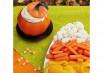 Para sair dos doces, coloque o hummus dentro de uma abóbora. Para acompanhar, capriche nos vegetais coloridos ao lado.
