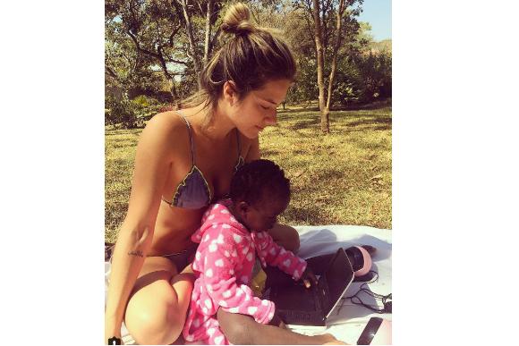 gio ewbank tomando sol com a filha