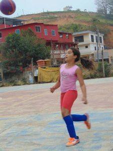 maria-alice-jogando-futebol-1503086391447_v2_450x600