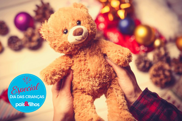child-hands-holding-a-teddy-bear-picture-id546194758