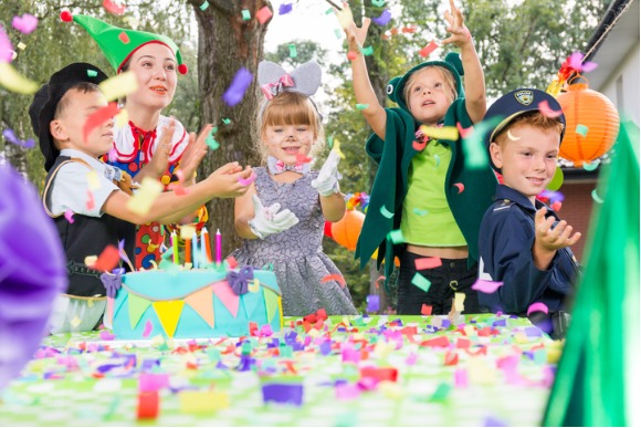 children-playing-during-birthday-party-picture-id659066642