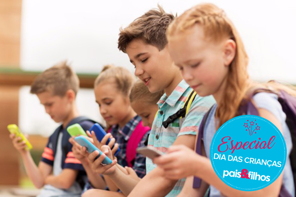 elementary-school-students-with-smartphones-picture-id613753116