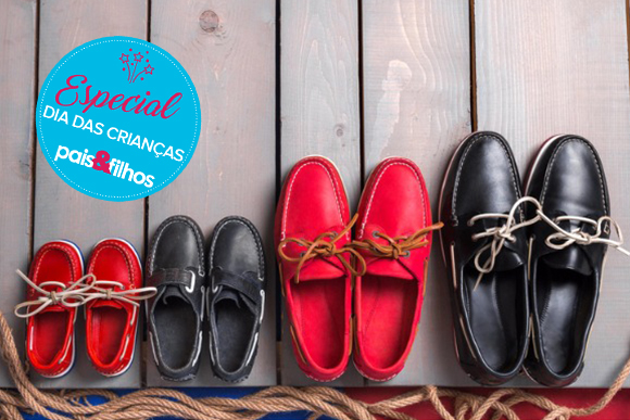 family-boat-shoes-on-wooden-background-picture-id585782930