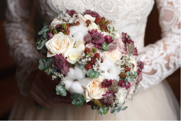 white-ivory-and-dusty-pink-bridal-bouquet-picture-id612619318