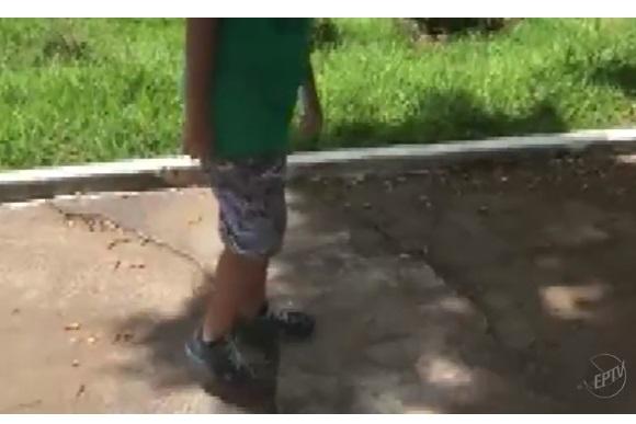 Matheus mostra estado do asfalto da praça (Foto: Reprodução)