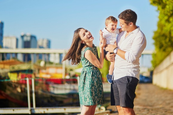 happy-family-of-three-enjoying-their-vacation-in-paris-picture-id507534906