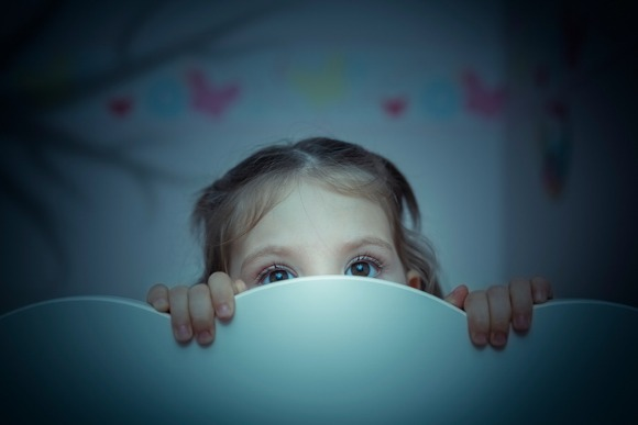 scared-little-girl-in-her-bed-picture-id525735971