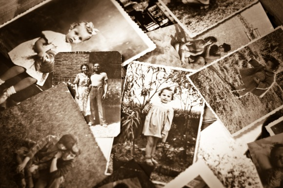 pile-of-old-black-and-white-photographs-picture-id153079734