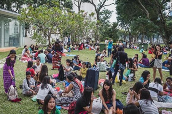 (Foto: Helpers no seu dia de descanso nos parques de Singapura / Fonte: reprodução da internet)