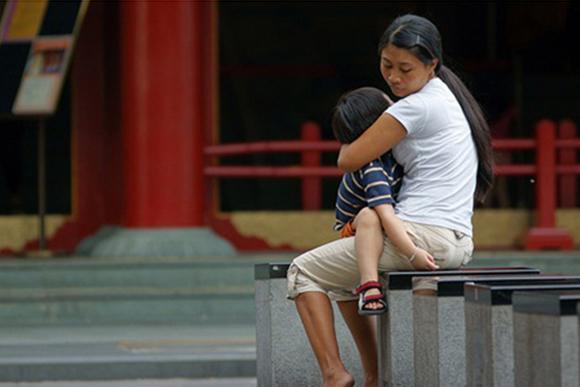 (Foto: Helper com criança / Reprodução da internet)