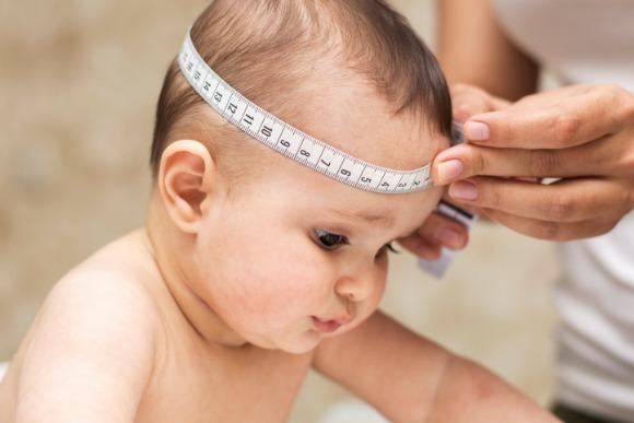 Medir cabeça do bebê recém-nascido (Foto: iStock)