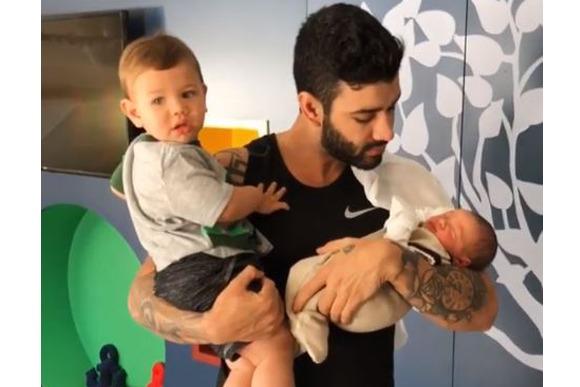Gusttavo ao lado dos filhos, Gabriel e Samuel (Foto: Reprodução/Instagram @gusttavolima)