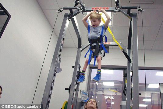 Menino faz fisioterapia para aprender a andar (Foto: BBC/ Studio Lambert)
