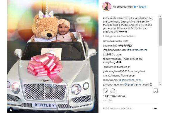 True Thompson, filha de Khlóe Kardashian, com seu novo carrinho (Foto: Reprodução Instagram/ @khloekardashian)