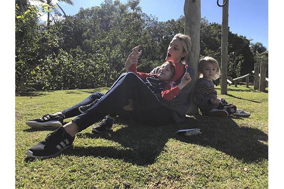 Carol Trentini passando tempo com Bento e Benoah ao ar livre (Foto: Reprodução/ Instagram @carolinetrentini)