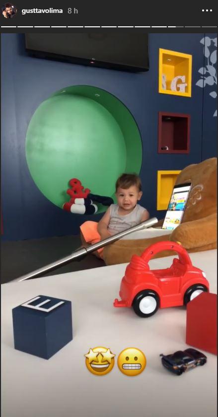 Gabriel e seu brinquedo cara na História do pai (Foto: Reprodução/Instagram @gusttavolima)