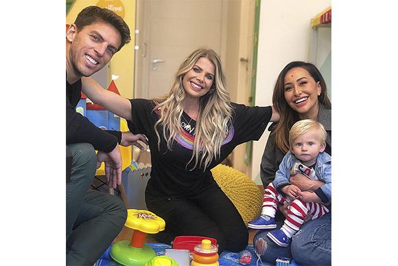 Família reunida: Amaury, Karina Bacchi e Enrico Bacchi participam de Programa de Sabrina (Foto: Reprodução/ Instagram @karinabacchi)