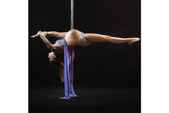 Christina Spirig continuou a praticar pole dance mesmo grávida (Foto: Reprodução/ Instagram @christina_poledanceluzern)