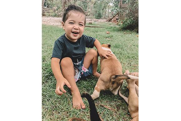 17h - O amor por cachorros começou cedo. E se forem filhotes, melhor ainda! (Foto: Reprodução/ Instagram @alinegoficial)