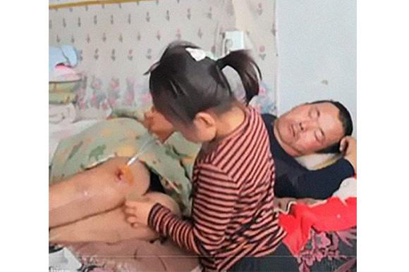 Enquanto ela está na escola, os avós ajudam a cuidar do pai (Foto: Reprodução/ BoredPanda)