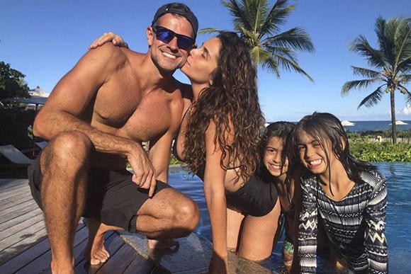 Giovanna Antonelli, seu marido e suas filhas gêmeas (Foto: Reprodução/ Instagram @giovannaantonellioficial)
