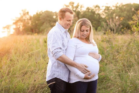 Quando o casal soube que o procedimento tinha dado certo, foi alegria para todo lado! (Foto: Reprodução/Facebook)