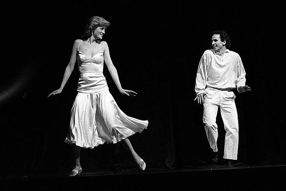 Princesa Diana se apresentando no palco com o dançarino Wayne Sleep na Royal Opera House em 1985. (Foto: Rex Features)