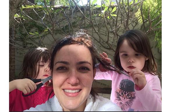 As filhas de Aline ajudaram ela a cortar o cabelo (Foto: arquivo pessoal)