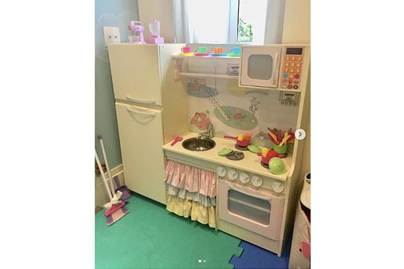 A cozinha de Melinda é totalmente equipada com fogão, geladeira e até panelinhas (Foto: Reprodução/ Instagram @tatafersoza)