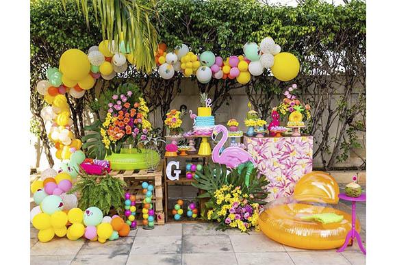Confira dicas de decoração para fazer a sua festa na piscina (Foto:  Reprodução/ Instagram @valmirpaesdesignfloral)