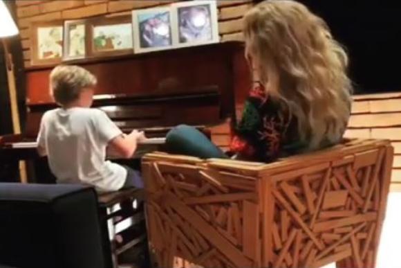Benício toca ao lado da mãe o hit 'Vou de Táxi' (Foto: Reprodução/ Instagram @angelicaksy)