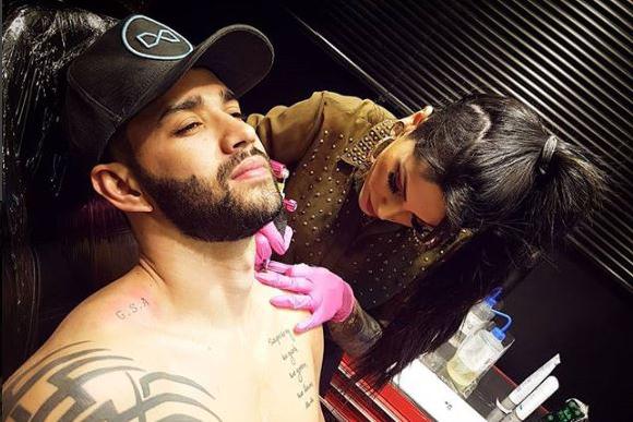 Cantor homenageou a família com tatuagens (Foto: Reprodução/ Instagram @brunabarrostattoo)