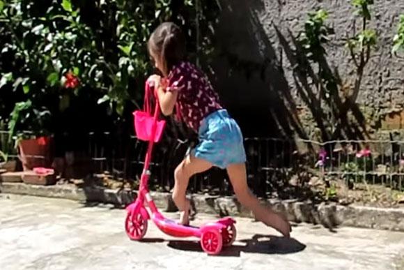 Isadora, apesar das dores, tenta levar um vida normal (Foto: Reprodução/ Youtube)