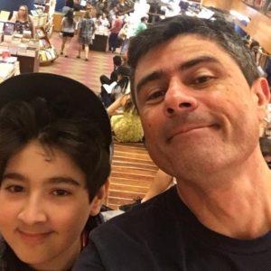 Marcelo e o filho Antonio, que deu inspiração ao livro